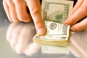 Złoty zyskał dzięki słabszemu dolarowi, ale w ograniczonym stopniu
